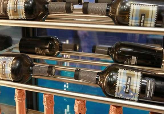 Ripiani con tubi in acciaio per bottiglie distese